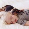 Adorables Fotos de Niños durmiendo la Siesta con Perros