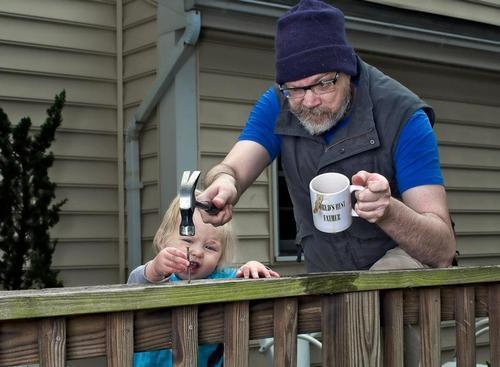 10-increibles-fotos-que-un-padre-hizo-a-su-hija-dave-y-annie-arreglando-la-casa