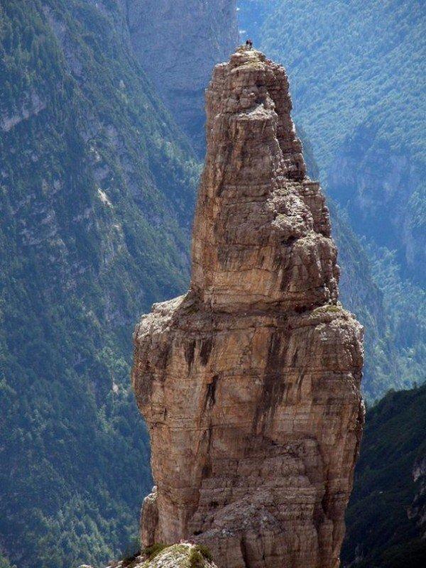 13-fotos-de-cabras-locas-en-los-acantilados-5-cabra-en-lo-alto-de-una-montaña