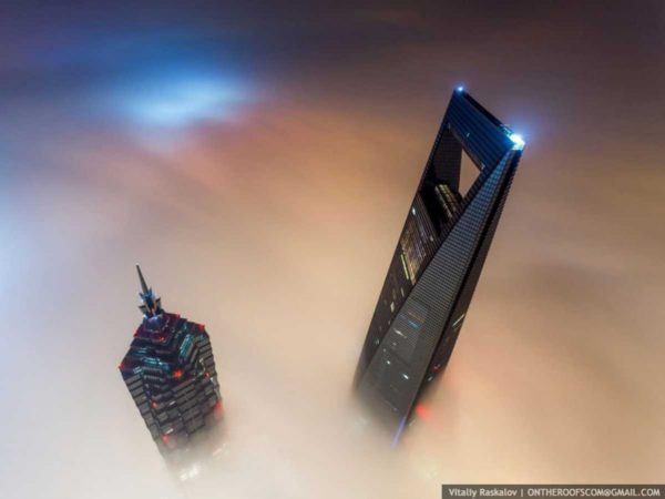 19-fotos-ilegales-y-espectaculares-de-los-monumentos-turisticos-mas-importantes-de-mundo-shangai-towerdesde-el.cielo