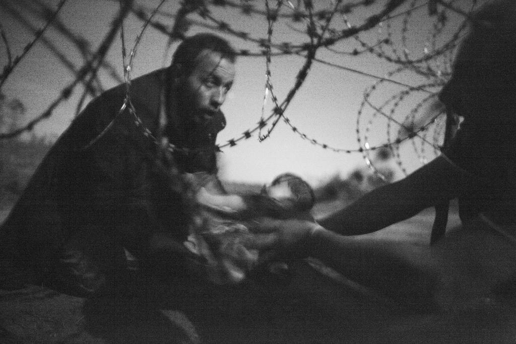las-mejores-fotos-esperanza-para-una-nueva-vida-hombre-bebe-alambrada-noche-frontera2