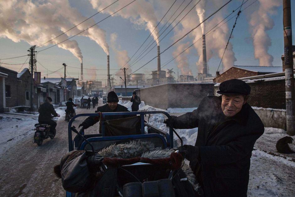 las-mejores-fotos-la-adiccion-al-carbon-de-china-hombres-carreta-chimeneas