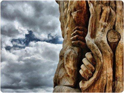 escultura en madera, manos