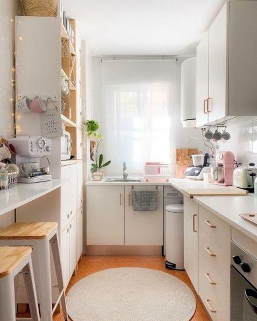 Cocina pequeña blanca y madera