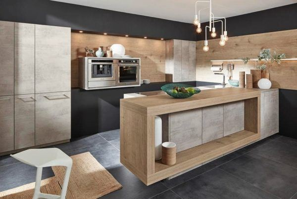 Cocina pequeña y moderna en madera clara con península