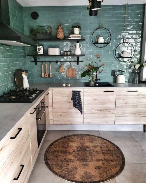 Cocina pequeña y moderna con toques rústicos