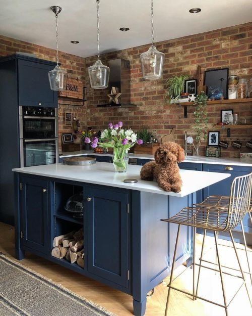 Cocina pequeña en azul intenso con pared de ladrillo