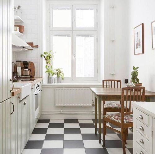 Cocina pequeña con suelo a cuadros blancos y negros