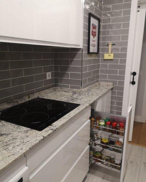 Cocina pequeña calada con azulejos de ladrillo