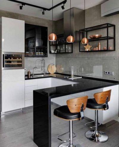 Cocina pequeña en blanco y negro con maderas