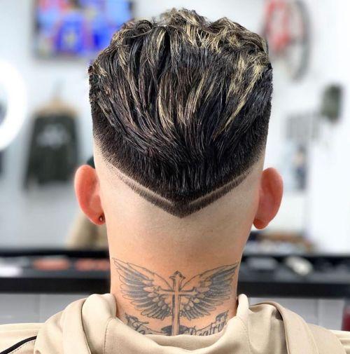 Corte de pelo corto y recto peinado hacia atrás