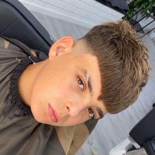 Niño con pelo corto por la frente y volumen arriba