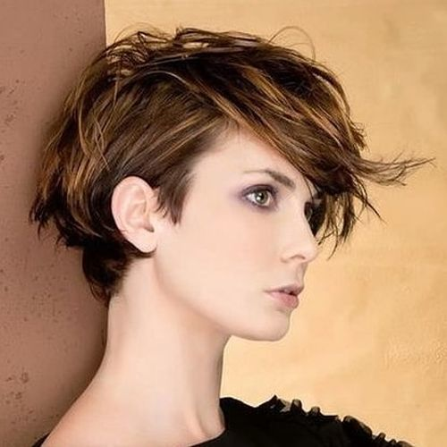 Mujer de pelo corto con flequillo largo y despuntado