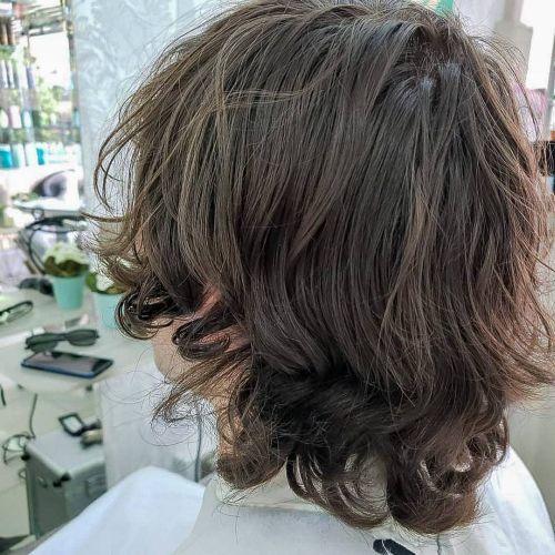 Pelo corto con las puntas rizadas