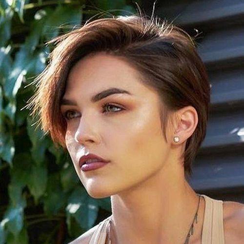 Mujer con pelo corto y raya lateral