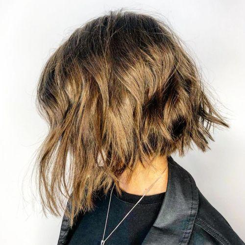 Melena corta con pelo rebelde y natural