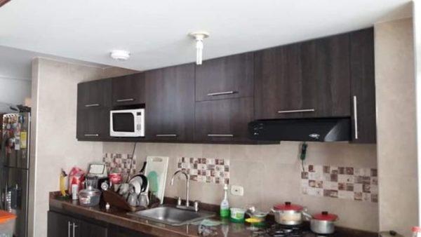 Cocina moderna con muebles altos