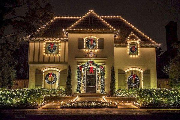 Fachada decorada con luces navideñas