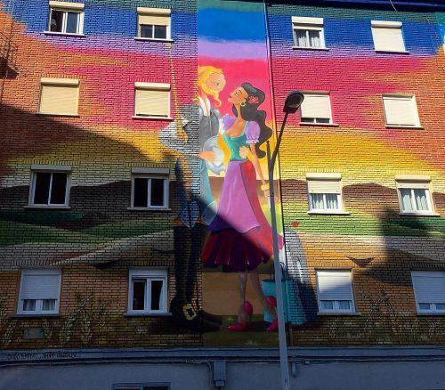 Fachada con graffiti romántico