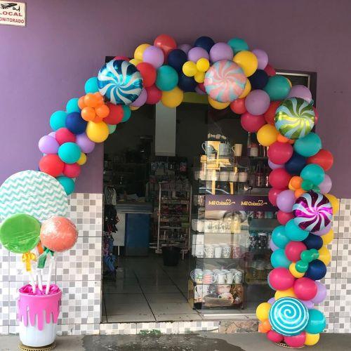 Fachada decorada con portal de globos de colores