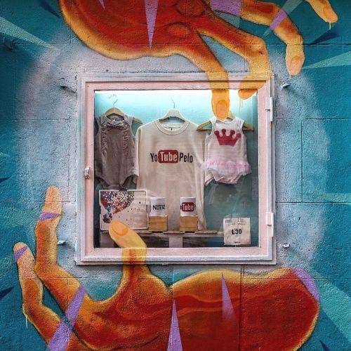 Pintura de manos monstruosas en escaparate