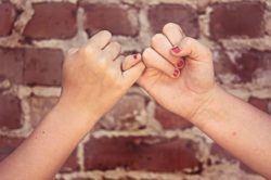 frases-de-amistad-para-whatsapp-y-facebook-dedos-entrelazados