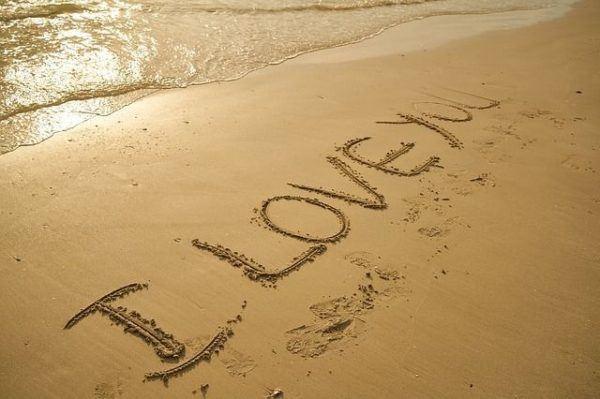 frases-de-amor-para-whatsapp-y-facebook-mensaje-en-la-arena