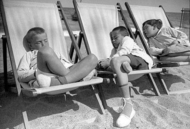 gabriel casas-niños durmiendo en la playa