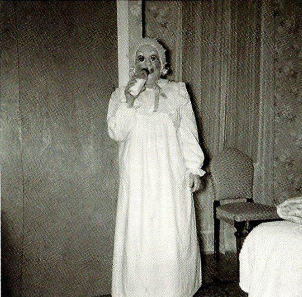 las-espeluznantes-fotos-de-disfraces-de-halloween-de-antes-disfraz-pijama-biberon