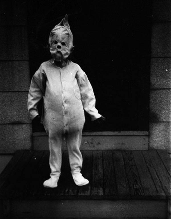 las-espeluznantes-fotos-de-disfraces-de-halloween-de-antes-niño-capucha