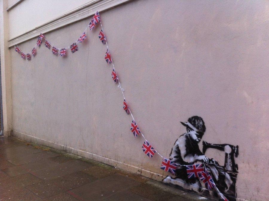 las-mejores-fotografias-de-arte-callejero-o-urbano-niño-banderas