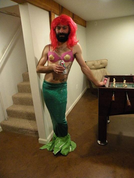 las-mejores-fotos-de-disfraces-originales-y-graciosos-para-carnaval-2016-disfraz-de-sirenita-para-hombre