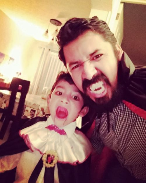Padre e hijo disfrazados de vampiros
