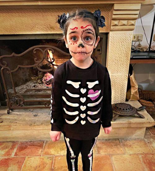 Niña disfrazada de catrina esqueleto