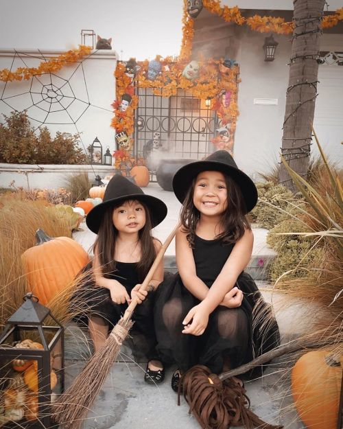 Niñas disfrazadas de brujas
