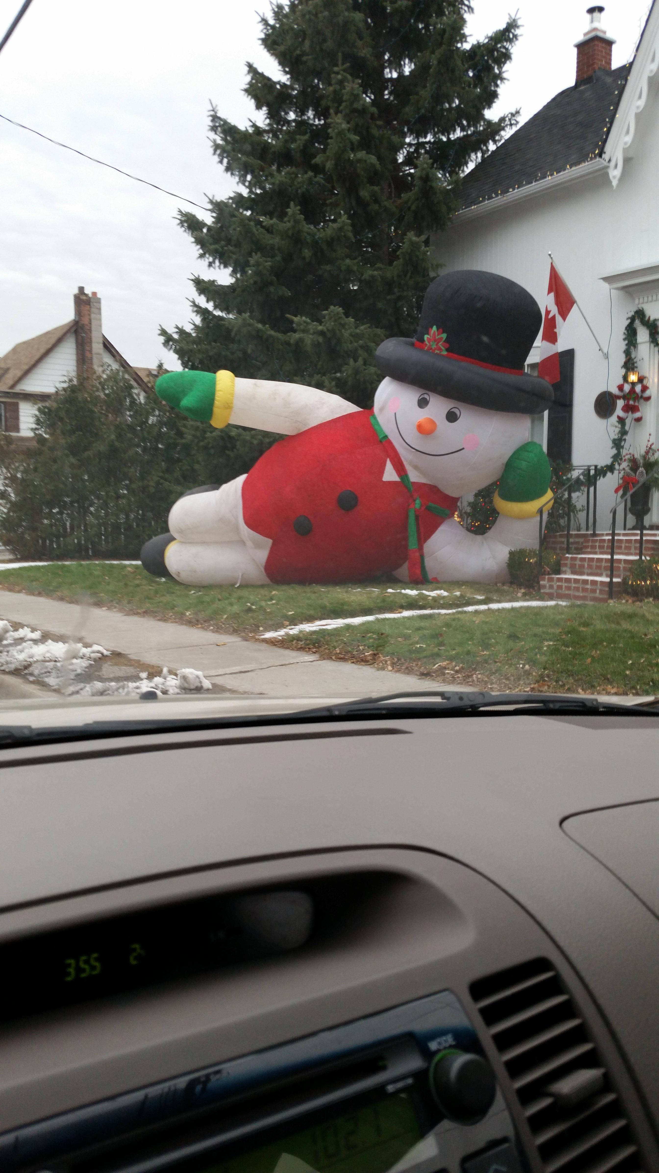 las-mejores-fotos-de-navidad-fotos-GRACIOSAS-muñeco-de-nieve-hinchable