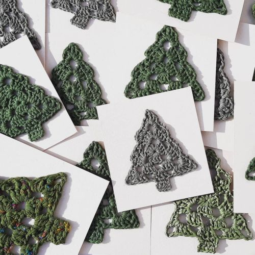 Postal navideña con abetos de crochet