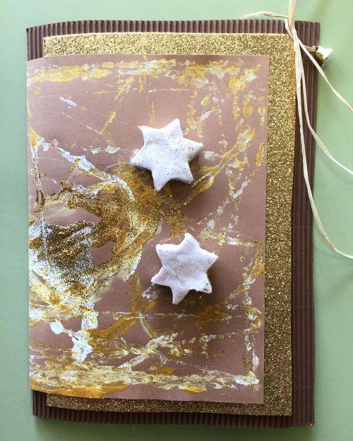 Postal de navidad artesana con canicas y plastilina de purpurina