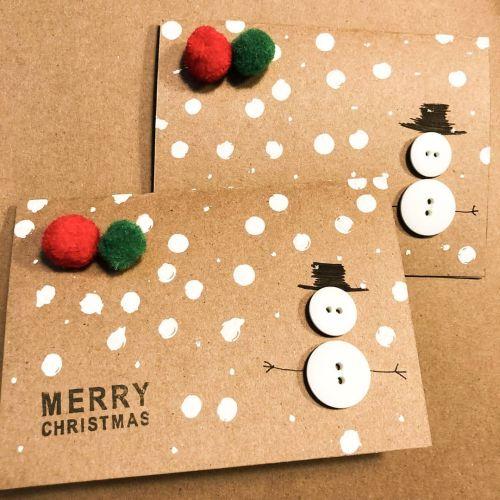 Postal de Navidad artesana de muñeco de nieve con botones